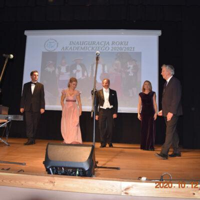 Pięć osób występuje na scenie