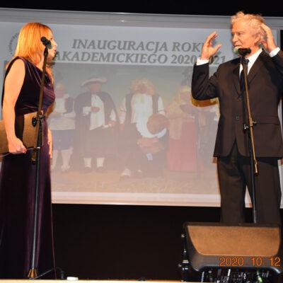 Kobieta i mężczyzna na scenie