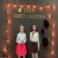 Dwie dziewczynki śpiewają