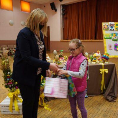2. Dyrektor GOKiB w Grębocicach Barbara Tasarz wręcza Dominice Luterek nagrodę