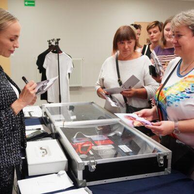 Anna Wyszkoni rozdaje autografy