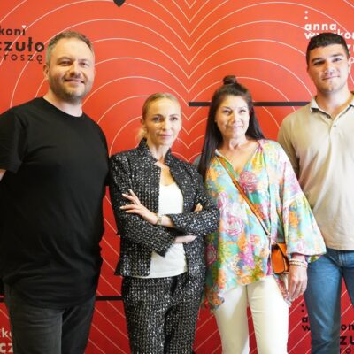 Anna Wyszkoni z fanami i menagerem