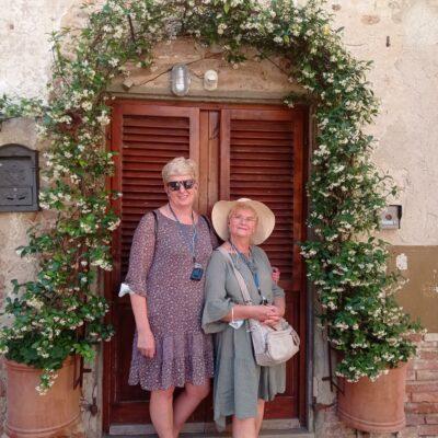 Zadowoleni i uśmiechnięci słuchacze w słonecznej Toscanii