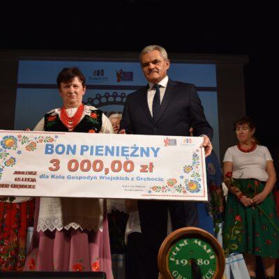 Wójt wręcza bon pieniężny Przewodniczącej KGW Grębocice