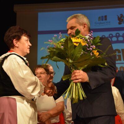 wójt wręcza Przewodniczacej KGW kwiaty