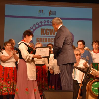 Wójt wręcza Przewodniczącej KGW podziękowania