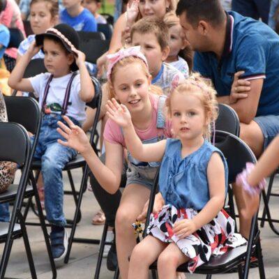Dzieci biorące udział w zabawie